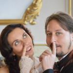 due sposi idioti si ficcano le dita nel naso nella bella sala del municipio
